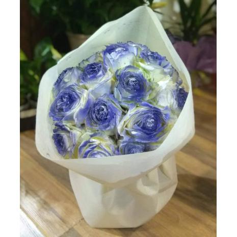 Μπουκέτο με αρωματικά βαμμένα τριαντάφυλλα