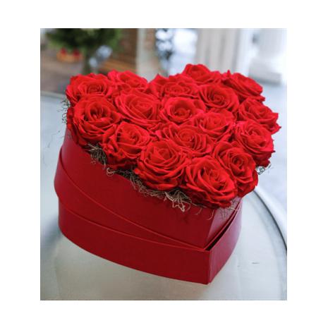 Κόκκινο κουτί σε σχήμα καρδιάς με κόκκινα τριαντάφυλλα